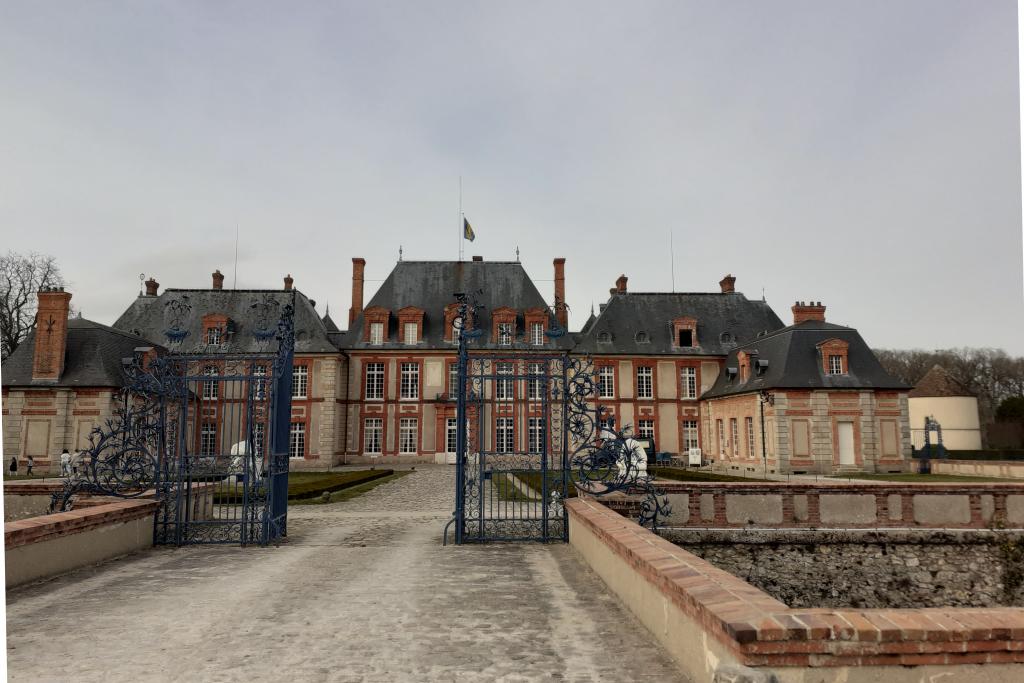 L'attribut alt de cette image est vide, son nom de fichier est Breteuil-facade-sud-de-la-grille-des-douves-1024x683.png.